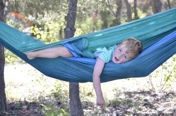Tijdens onze vakantie hingen we iedere dag de hangmat tussen de bomen aan het water. Onze zoon claimde deze heerlijke relax plek al gauw als de zijne...