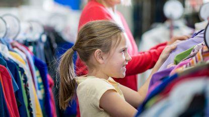 Gezinnen verkopen kinderspullen op tweedehandsbeurs