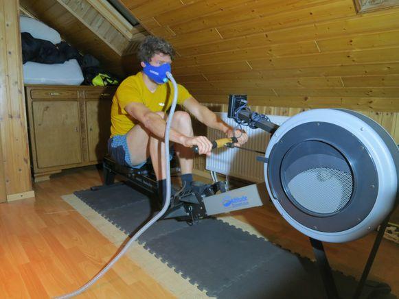 Aan de beklimming van de K2 gaat een minutieuze voorbereiding vooraf. Roeien doet Niels ook met een speciaal zuurstofmasker.