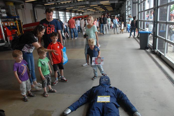 Kinderen konden ervaren hoe het is om brandweerman te zijn. Zo lag er een mensenpop om te redden.