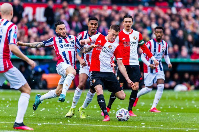 Willem II-speler Pol Llonch (l) in duel met Feyenoorder Robert Bozenik. Anderhalve meter afstand houden is voor voetballers onmogelijk.