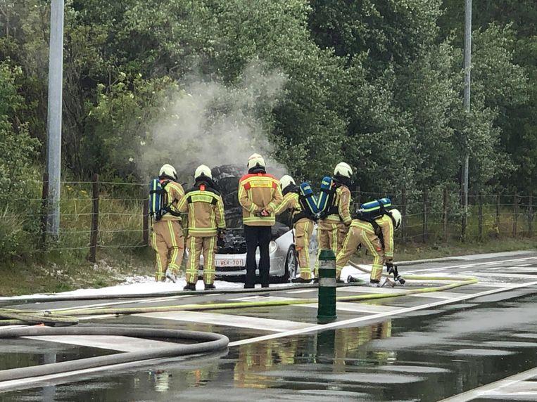 De brandweer had het vuur snel onder controle, maar de auto is wel vernield.