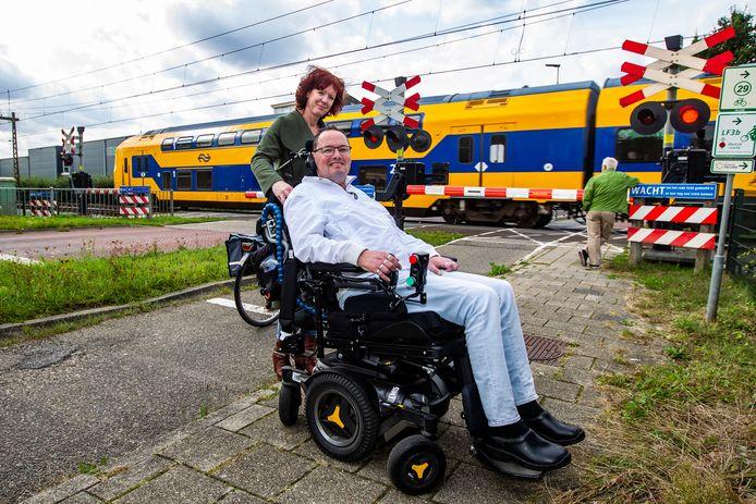 De rolstoel van Hanno Bos viel vorig week stil op de overweg in Wijhe. Terwijl een trein naderde. Voor de foto is hij nog even terug op de plek des onheils met zijn verzorgster Mirjam Klein Herenbrink.