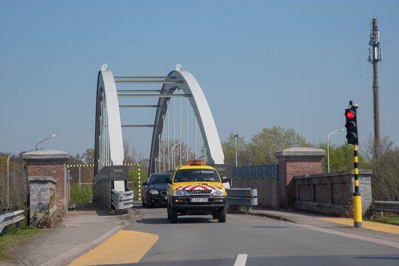 Wagens krijgen na detectie automatisch groen licht aan de brug op de Varingstraat in Melle.