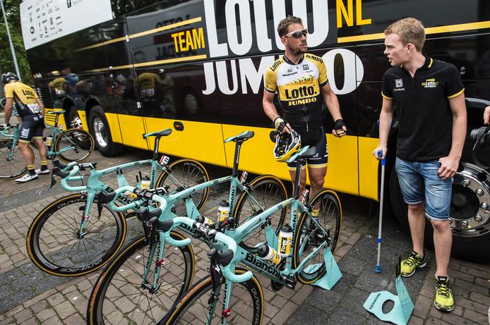 Marc Goos voor de start van de Eneco Tour 2015 in Breda in gesprek met ploegmaat Maarten Tjallingi.