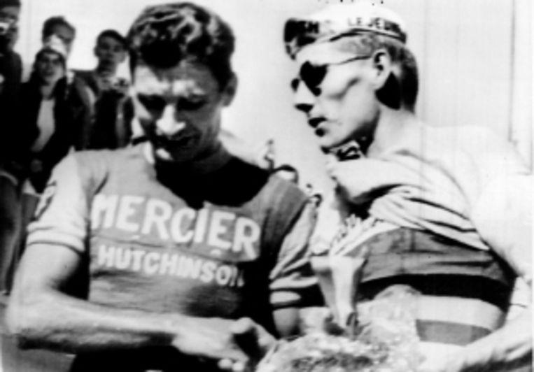 Op 9 juli 1965 won Raymond Poulidor op de Mont Ventoux. Jan Janssen (rechts) feliciteert hem. (FOTO AP) Beeld
