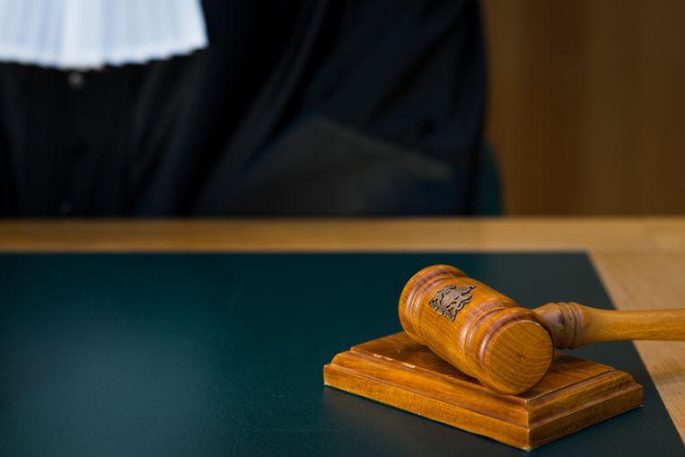 Een rechter met wetboek in de rechtzaal