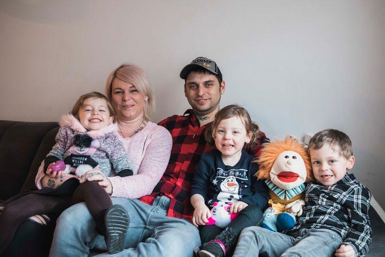 Stevie en Caroline samen met hun zoontje Lindo (5), dochtertje Liana (4) en pleegdochtertje Dilayla (3).