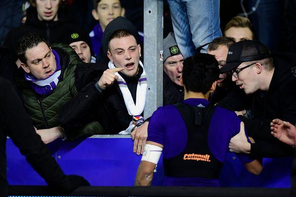 De spelers mochten het na de zoveelste blamage gaan uitleggen bij de fans. Dat het de supporters enorm hoog zit, mocht gelegenheidskapitein Najar ondervinden.