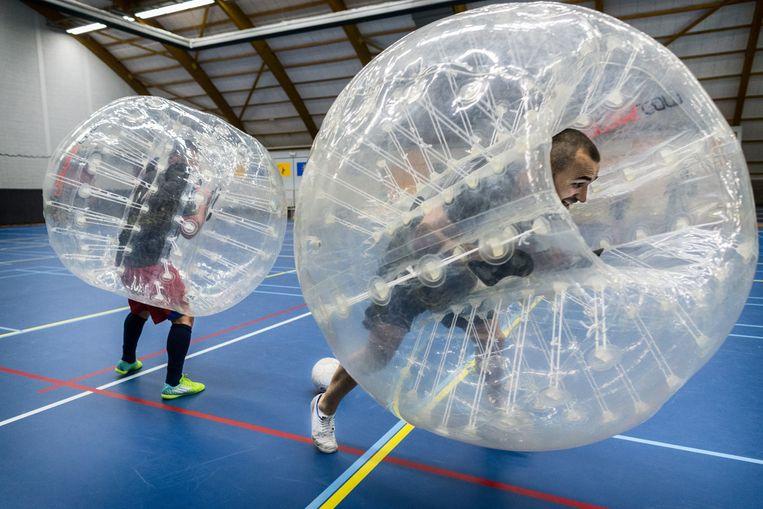 Bubblevoetballers leven zich uit. Beeld Rink Hof