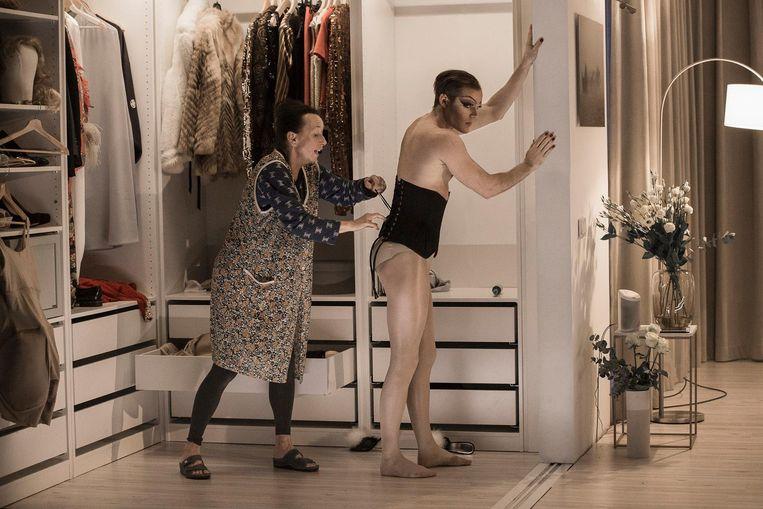 De rol van Mevrouw wordt gespeeld door Thomas Cammaert en hij doet dat opzettelijk als een onvervalste travestiet. Beeld Jan Versweyveld