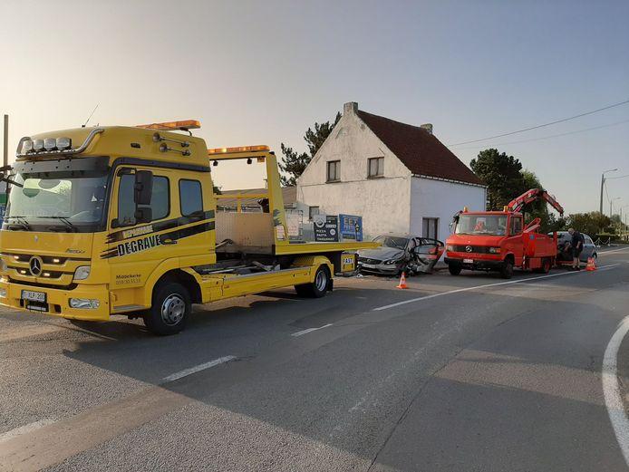 De Volvo van de korpschef van Middelkerke kwam zwaar beschadigd tot stilstand op de stoep na de botsing. Depannage Degrave uit Middelkerke stond in voor de takeling.