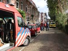Omstanders vissen oudere man uit water op Billitonkade in Utrecht