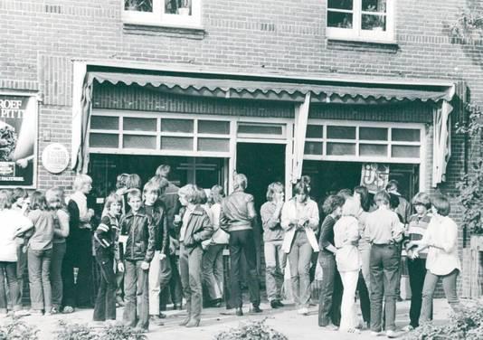 Grote drukte voor de ingang van het winkeltje, anno 1979.