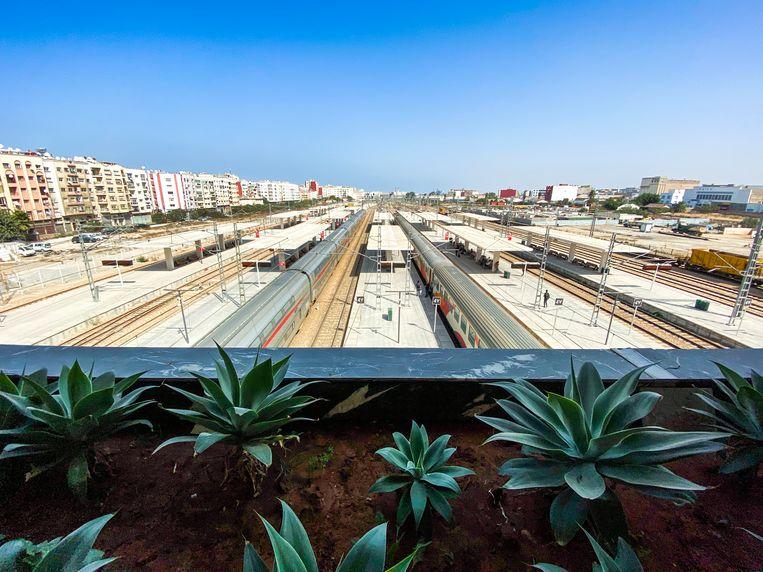 Het nieuwe treinstation van Casablanca, Marokko, wat het eindstation is van de HSL. Beeld Freek van den Bergh / de Volkskrant