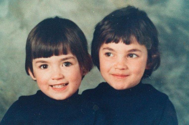 Mae (links) met haar oudere zusje Heather, die later vermoord werd omdat ze probeerde te vluchten.