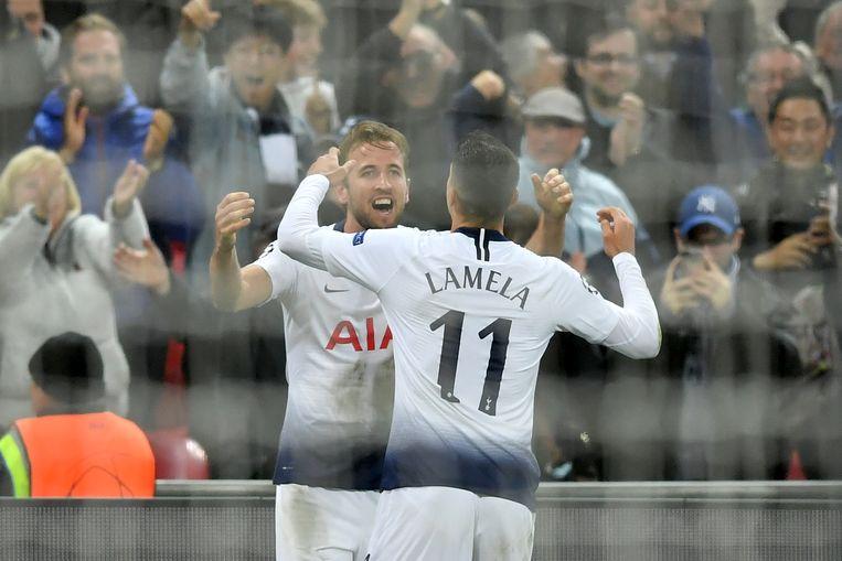 Lamela feliciteert doelpuntenmaker Harry Kane op Wembley na zijn tweede goal tegen PSV.