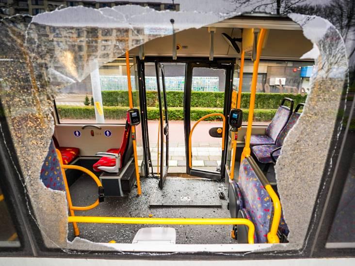 Auto botst tegen stadsbus in Eindhoven, weg bezaaid met glas en brokstukken