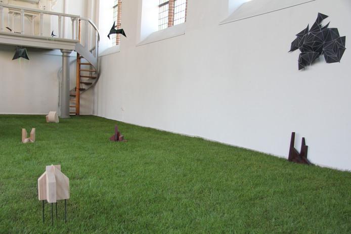 De Garnizoenskerk met een grasmat als decor voor 'Voorlopig Gras' door Don van Grunsven en Truus Weesjes.