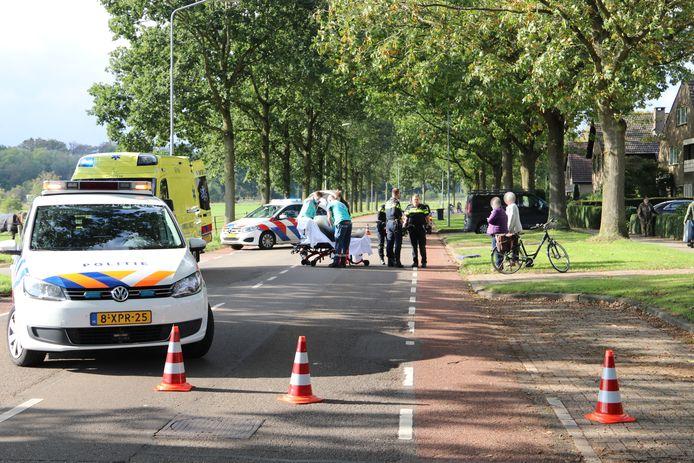 Een fietsster wordt naar het ziekenhuis gebracht na een ongeval op de Oranjeweg in Rheden.