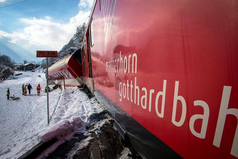 De machinist van de regionale trein van de spoorwegmaatschappij Matterhorn Gotthard Bahn (MGB) zag het brokstuk op de sporen liggen en trok aan de noodrem, maar de trein kon niet snel genoeg stoppen. Daarop raakte het voertuig de rots en ontspoorde het. Archieffoto.
