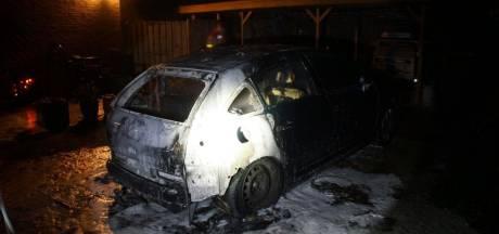 Auto vliegt in brand bij woning in Borculo