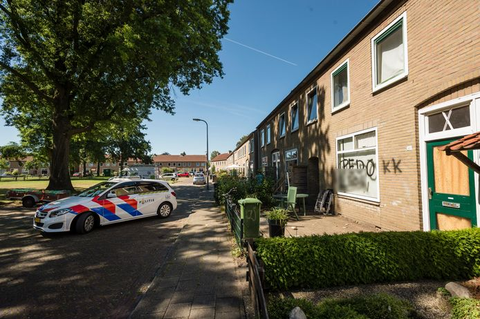 'Pedo', werd er in de nacht van donderdag op vrijdag op de ruit van een woning in het Acaciaplantsoen in Enschede gespoten. De man werd door de politie meegenomen, voor zijn eigen veiligheid. Hij is niet aangehouden.
