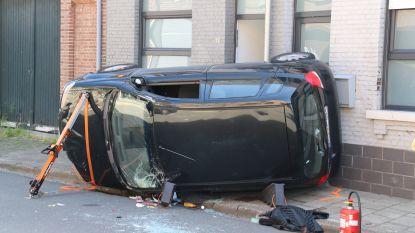Bestuurster rijdt tegen geparkeerd voertuig, gaat over de kop en belandt op het voetpad