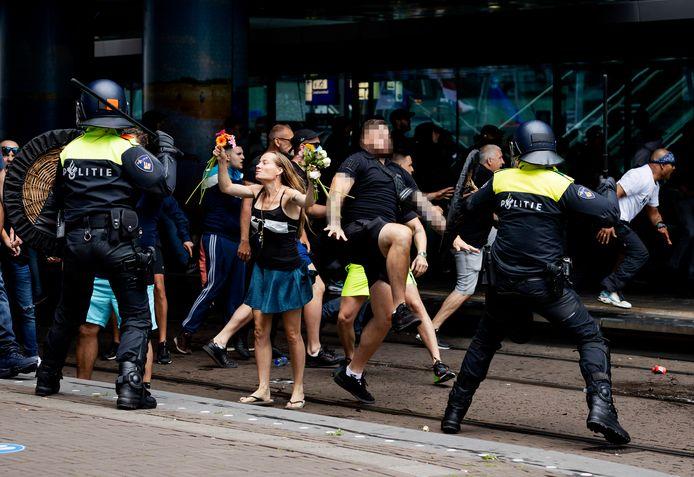 Demonstranten zoeken de confrontatie met de politie bij het Centraal Station in Den Haag. Medewerkers uit de publieke sector ervaren door de coronacrisis meer agressie tijdens hun werk.