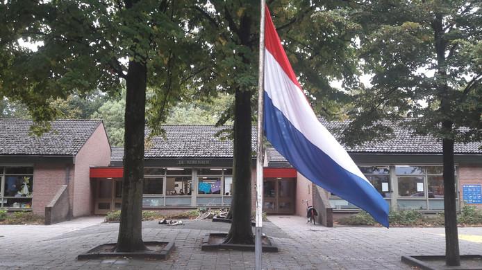 De vlag op basisschool De Korenaer in Oss hangt halfstok.