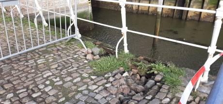 De bestrating bij de Oude Haven verzakt, maar dat zegt nog niets over de kademuren zelf