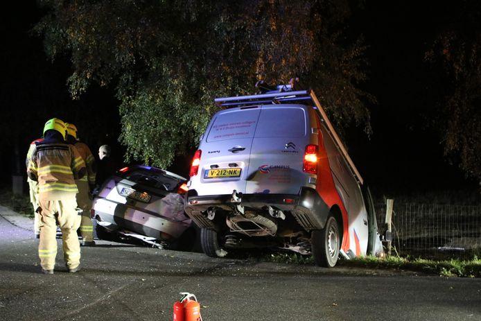Beide auto's raakten na de frontale botsing in een greppel.