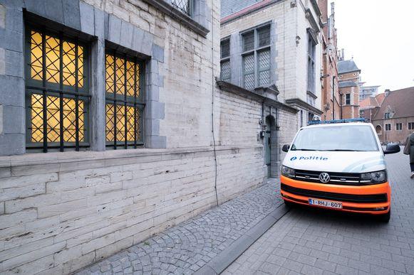 MECHELEN - Een politiecombi aan de ingang van de Mechelse rechtbank.