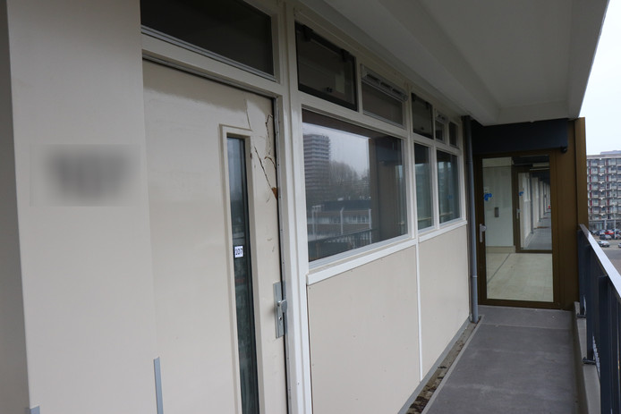 De deur van de woning op de vijfde verdieping aan de Stresemannplaats.