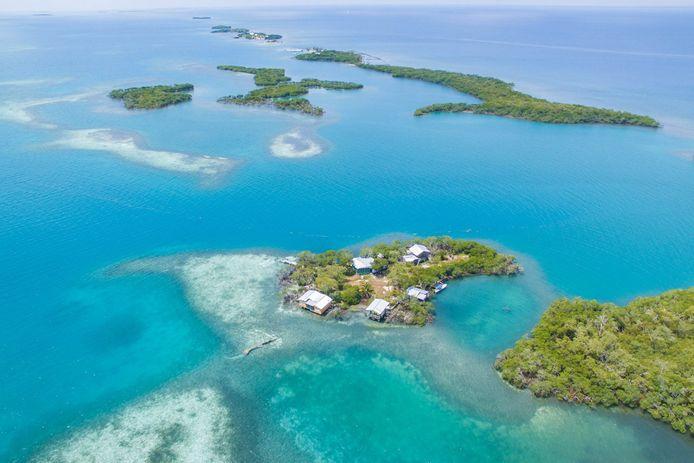 Vlakbij ligt het Belize Barrier Reef, dat populair is bij duikers en snorkelaars.