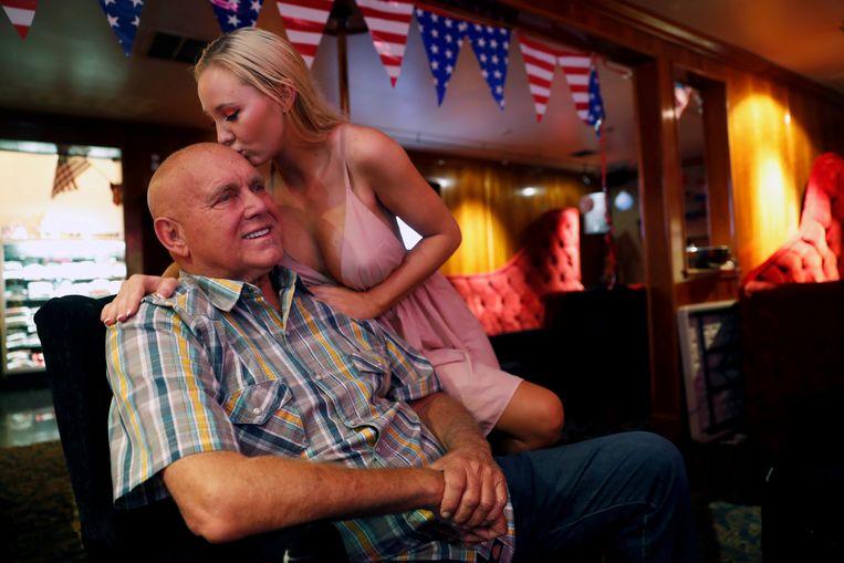 Dennis Hof krijgt een kus van zijn vriendin, tevens een prostituee in één van zijn bordelen.