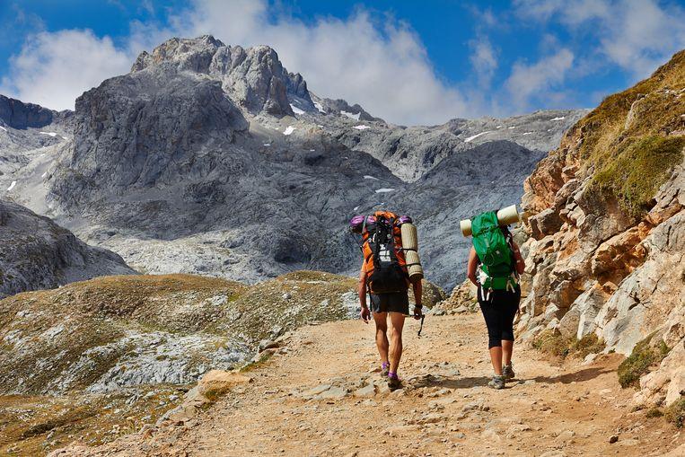 Een illustratief beeld van twee wandelaars in de Picos de Europa. Het was daar dat de twee Belgen in moeilijkheden raakten.