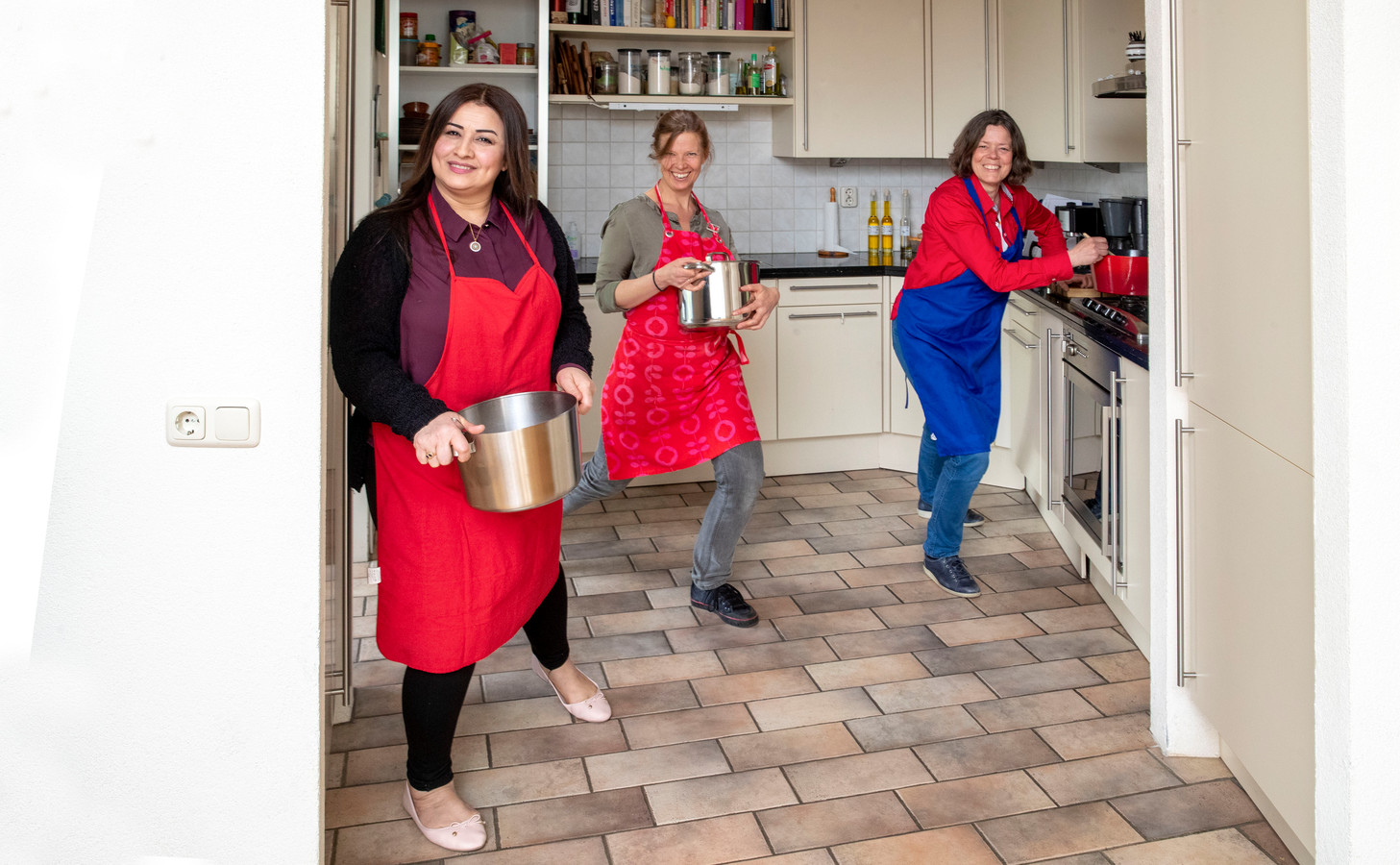 Drie van de vier koks aan de slag in de keuken, van links naar rechts Najla Said, Ida Gorissen en Grytsje Veltman.