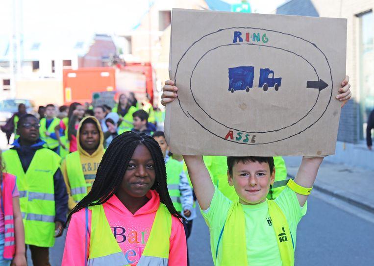 Deze leerlingen vragen de aanleg van een ringweg in Asse.