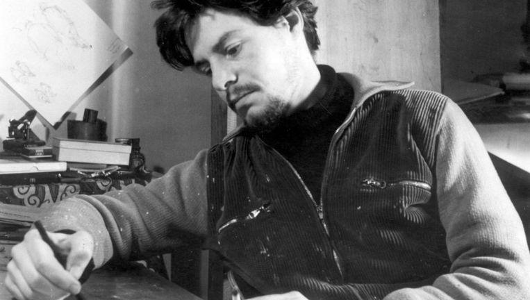 Lucebert aan zijn tekentafel in 1953. Beeld Hollandse Hoogte