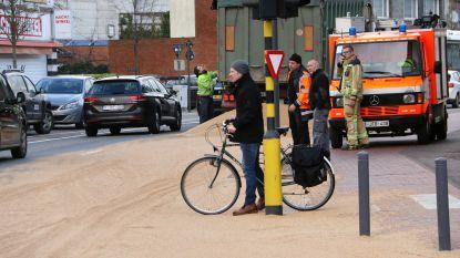 Vrachtwagen verliest lading, bestuurder rijdt verder: centrum Herselt bedolven onder graan