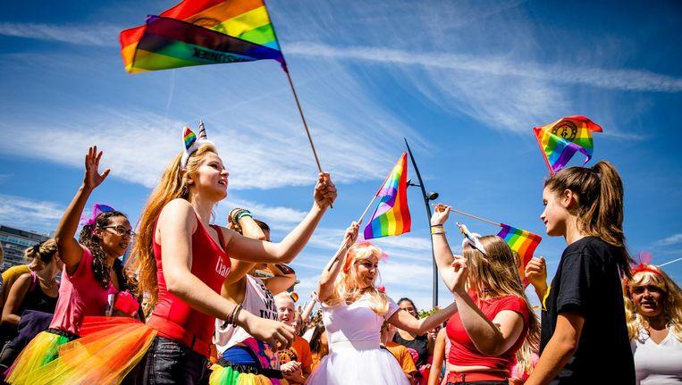 Deelnemers tijdens de Pride Walk, een mars waarin deelnemers aandacht vragen dat iedereen zichzelf kan zijn. Beeld anp