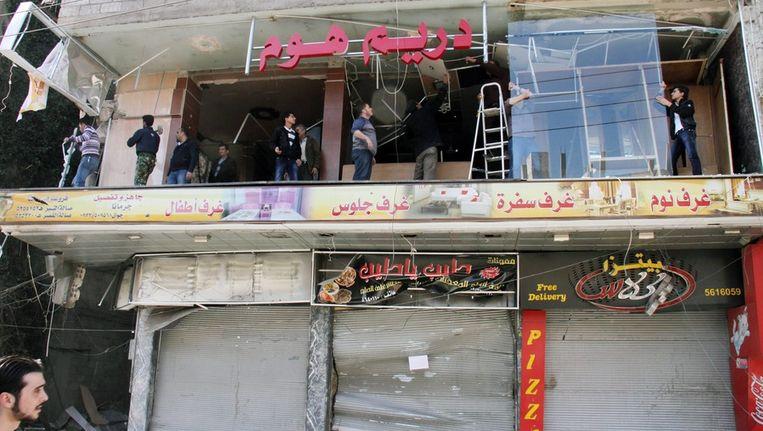 Een zwaar beschadigde winkel in Damascus. Beeld epa
