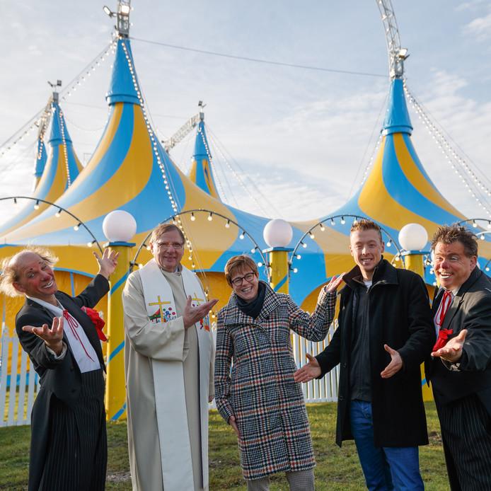 Kevin van Geet mag zich gelukkig prijzen met een gloednieuwe circustent. Die werd officieel in gebruik genomen in het bijzijn van burgemeester Miranda de Vries, de circusaalmoezenier, en de Palasso-clowns.