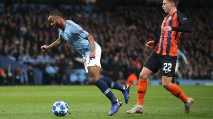 """Gekker moet het niet worden: Sterling trapt in de grond en krijgt... penalty: """"Sorry dat ik niks tegen ref zei"""""""