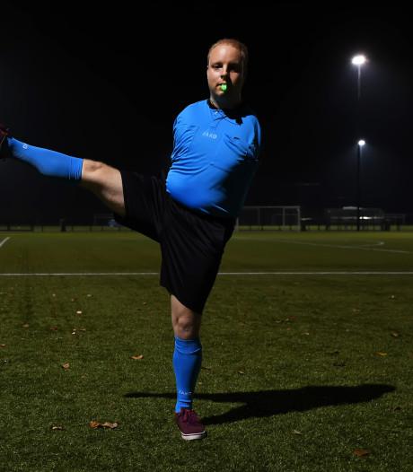 Tilburgse scheidsrechter zonder armen: 'Spelsituaties geef ik aan met mijn voeten'