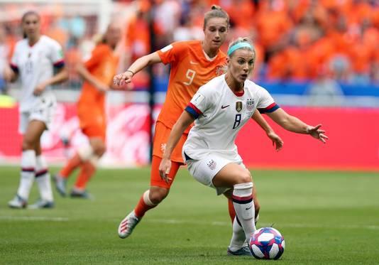 Vivianne Miedema komt in de WK-finale in Frankrijk niet aan de bal bij een duel met Julie Ertz.