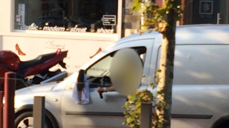 De bestuurders van een van de wagens in de stoet die ook gewapend is, krijgt zijn pistool niet aan de praat.