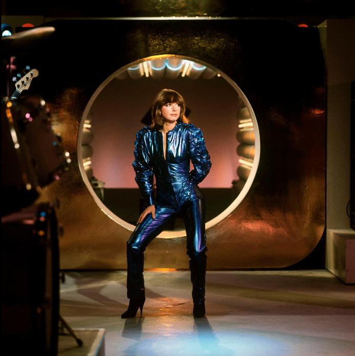 Jerney Kaagman in het beroemde blauwe pakje waarmee ze in 1979 in Toppop verscheen ter promotie van de internationale hit Weekend