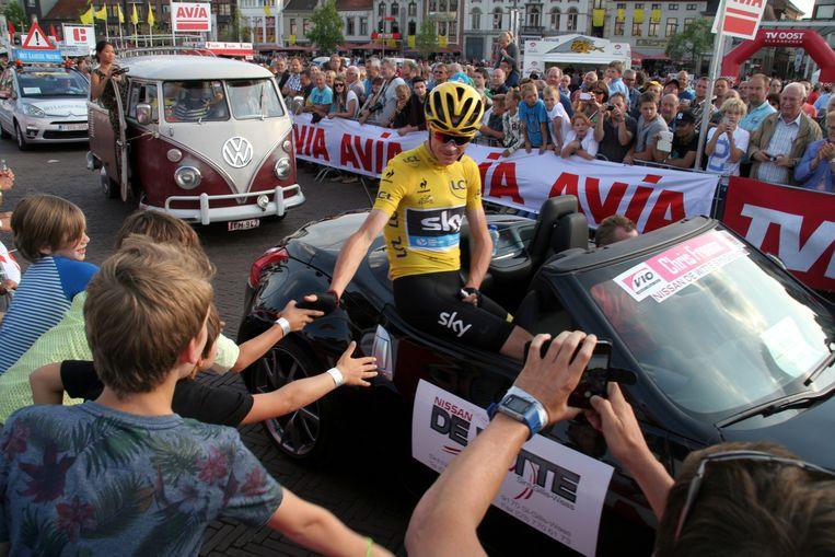 Chris Froome in een cabrio bij zijn verwelkoming in Sint-Niklaas.